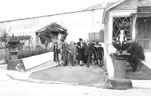 Eleanor Roosevelt walks near the photography department at San Quentin prison in 1943.